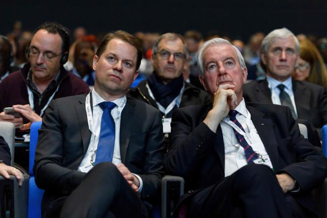 Le président de l'AMA Craig Reedie, à droite, aux côtés de son directeur général Olivier Niggli, lors du symposium annuel de l'organisation à Lausanne, le 13 mars 2017.