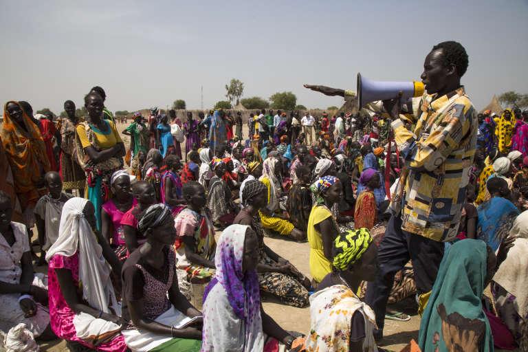 Le chef d'une communauté organise la distribution de nourriture le 4 mars 2017 àGanyiel (Soudan du Sud).