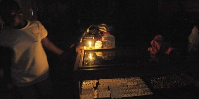 Dans le quartier d'Adjamé, à Abidjan, pendant une coupure d'électricité, en février 2010.