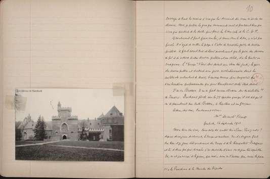 Un des cahiers sur lesquels Dreyfus a recopié certaines des lettres de la marquise, avec une carte postale du château de Gaasbeek, en Belgique, propriété de cette dernière.