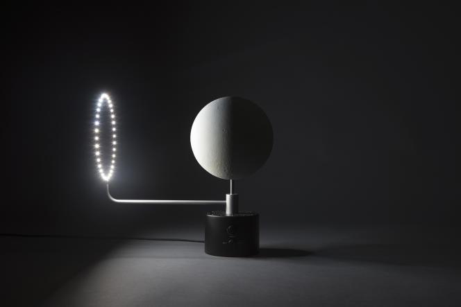 La lampe MOON reprend la surface et le relief de la Lune, avec un cercle lumineux qui tourne, par Oscar Lhermitte et Kudu (2016).