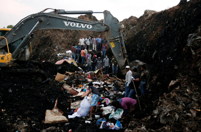 Recherche des corps des victimes de l'éboulement d'ordures sur la décharge de Koshe, en banlieue d'Addis-Abeba, le 13 mars 2017.