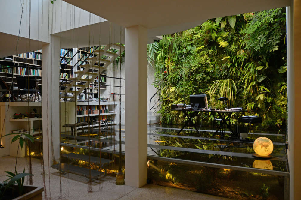 Le jardin vertical abrite toute une faune d'oiseaux, de batraciens et de petits reptiles. Le «Christarium» et la bibliothèque ont été conçus par l'architecte Gilles Ebersolt, en 2009.