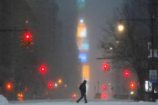 Times Square sous la neige vu de la 59e rue, le 14 mars 2017.
