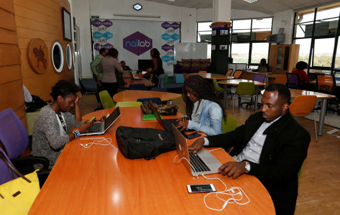 Des entrepreneurs travaillent à Nailab, une société kényanne qui soutient les start-up technologiques, à Nairobi, Kenya, le 4juillet 2016.