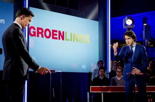 Mark Rutte, duParti populaire libéral et démocrate (VVD) et premier ministre des Pays-Bas depuis le 14 octobre 2010face à Jesse Klaver (à droite) duparti écologiste GroenLinks (gauche verte), le 14mars.