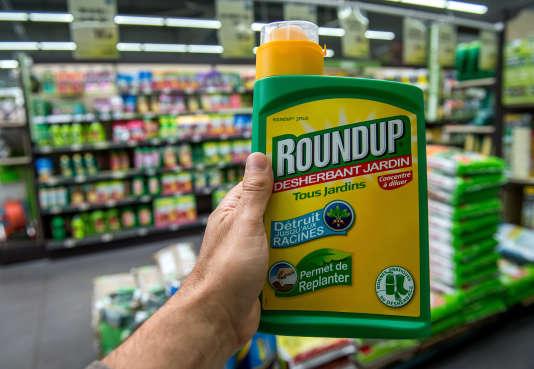 Du Rounup, pesticide contenant du glyphosate, dans un magasin de jardinage près de Lille.