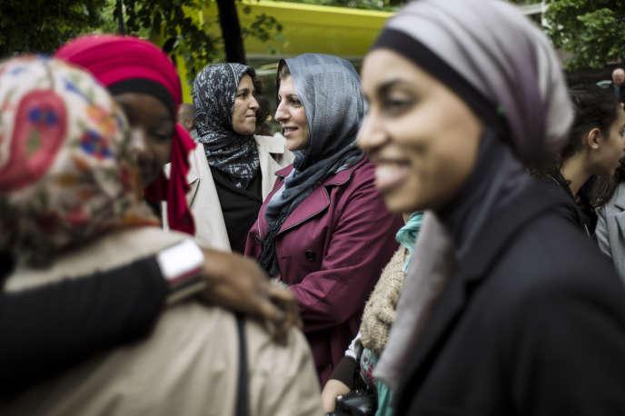 En 2013, des femmes voilées ont manifesté à Paris pour obtenir le droit d'accompagner leurs enfants en sorties scolaires.