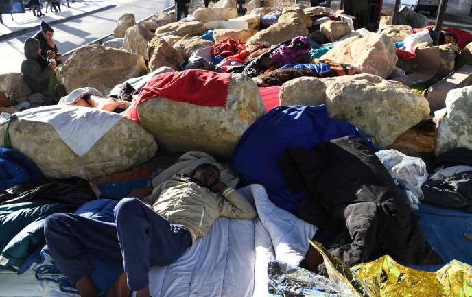 Migrants dormant sur le trottoir dans le 18ème arrondissement de Paris le 15 février 2017.