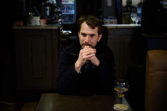 Centre ville de Roubaix. Café Le Broutteux. Jonathan Delecroix, 35ans, médiateur social en milieu scolaire. Roubaisien depuis 10ans, futur abstentionniste.