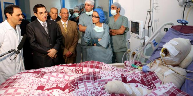 Peu avant de mourir, le jeune Mohamed Bouazizi, vendeur ambulant qui s'était immolé par le feu à Sidi Bouzid, reçoit la visite du président tunisien Ben Ali, le 28 décembre 2010, à l'hôpital de Tunis. Le 14 janvier 2011, Ben Ali était chassé du pouvoir par la révolte populaire.