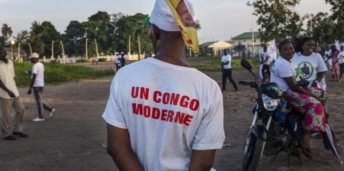 Une Congolaise vêtue d'un tee-shirt à la gloire du président Denis Sassou-Nguesso, à Brazzaville en mars 2016.