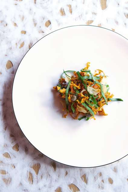Une « cosa croquante » (lamelles de carottes frites, chips d'ail, câpres, oseille, oignon et jus de citron).