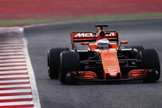 Premiers tours de piste pour la MCL32, le 27 mars sur le circuit de Montmelo près de Barcelone.
