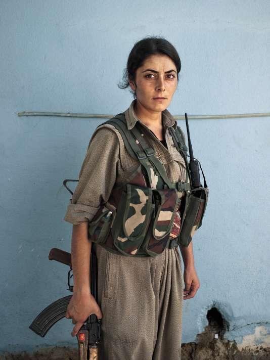 Une combattante du PKK originaire d'Iran, à Makhmour, en Irak, le 8 septembre 2014. Les forces kurdes ont repris le contrôle de la ville après une brève occupation par l'État islamique en août 2014.