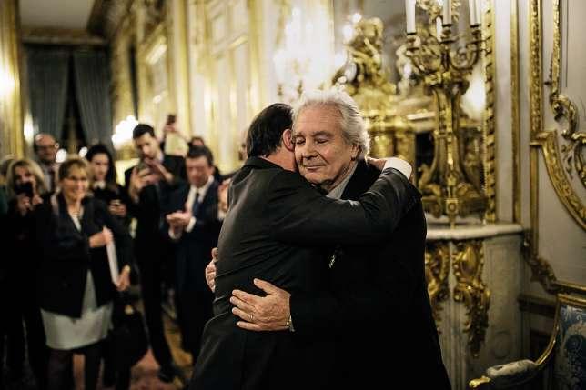 Dans les salons de l'Elysée, les remises de décorations se sont multipliées. Le25janvier2017, François Hollande remettait la Légion d'honneur au comédien Pierre Arditi, qui fut l'un de ses soutiens lors de la campagne de 2012.