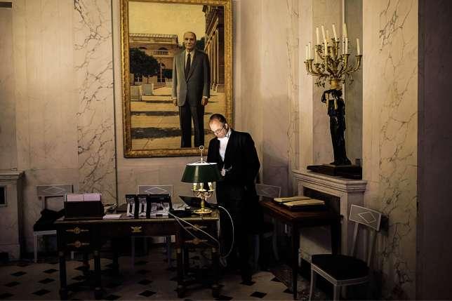 Dans l'antichambre du bureau présidentiel trône un portrait de François Mitterrand.