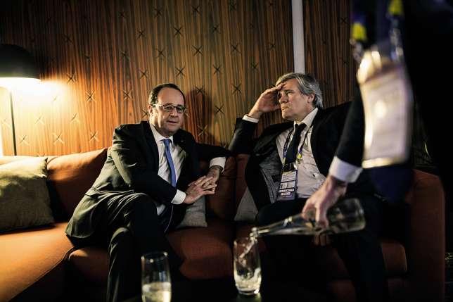 Stéphane Le Foll, ministre de l'agriculture et porte-parole du gouvernement, fait partie du dernier cercle des fidèles du président (ici avec le président lors de la mi-temps du match d'ouverture du Mondial de handball, remporté par la France face au Brésile, le11janvier 2017, à Paris).