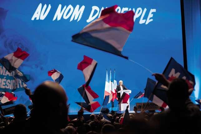 Contrairement à son père, adepte de la mise en scène, Marine Le Pen ne lâche pas son pupitre pendant ses meetings. Ici au Zénith de Nantes, le 26février.