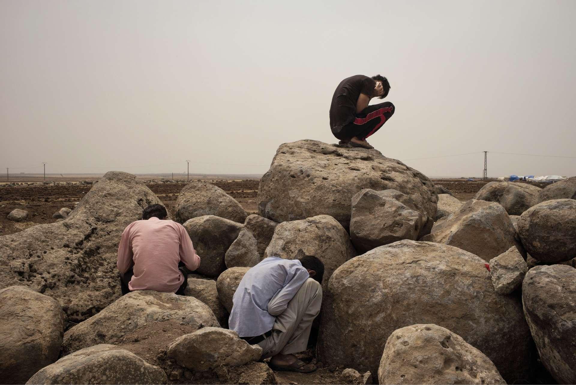 De 2014 à 2016, le photographe français Émilien Urbano est parti à la rencontre des peshmergas irakiens, des combattants de Kobané ou des réfugiés yézidis, exprimant le renouveau du sentiment national kurde. Août2014, dansle camp de Newroz,en Syrie. Plusieurs milliers de yézidis (kurdophones d'Irak) y ont trouvé refuge, fuyant l'avancée de l'organisation État islamique (EI).