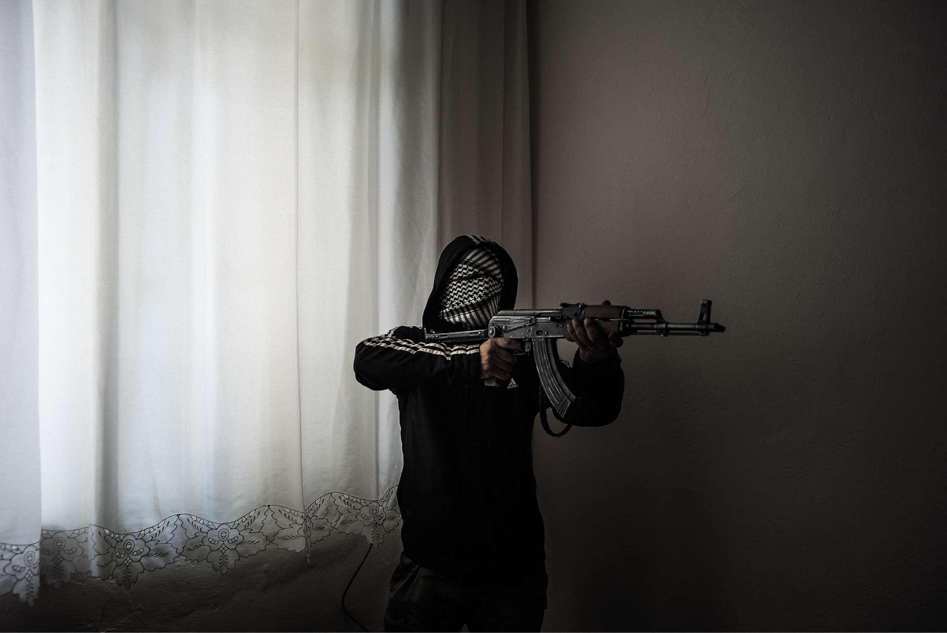 Le 7 novembre 2015 à Silvan, dans le sud-est de laTurquie, un combattant de la Jeunesse patriotique révolutionnaire (YDG-H), mouvement proche du Parti des travailleurs du Kurdistan (PKK). Les forces de sécurité turques imposent alors un couvre-feu dans plusieurs quartiers de la ville, traquant les insurgés kurdes.