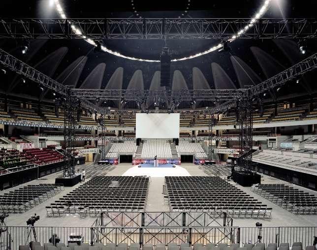 Emmanuel Macron, le candidat d'En marche!, dépoussière la scénographie du meeting politique avec une scène centrale pyramidale. Ici au Palais des sports de Lyon, le4 février, avant l'arrivée des 8 000 participants.