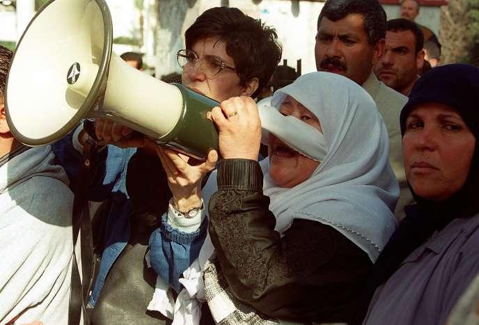 Manifestation, en février 2000, contre la grâce présidentielle accordée par Abdelaziz Bouteflika aux membres de l'Armée islamique du salut.
