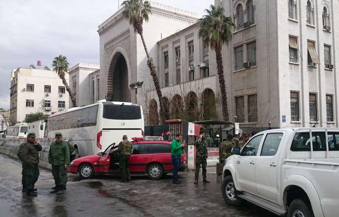 Les forces de sécurité sur les lieux de l'attaque-suicide, le 15 mars 2017, à Damas, la capitale syrienne.