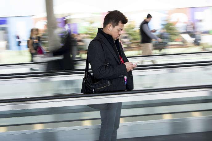 Un visiteur du Mobile World Congress (MWC) à Barcelone, le 28 février 2017.