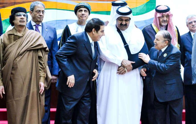 Les dirigeants libyen Mouammar Kadhafi, tunisien Zine el-Abidine Ben Ali et Abdelaziz Bouteflika (à droite), lors d'un sommet de la ligue arabe à Sirte (Libye), en mars 2010.