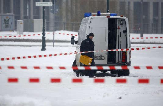 La police retire un bac postal suspect près de la chancellerie, à Berlin, en Allemagne, le6janvier2016.