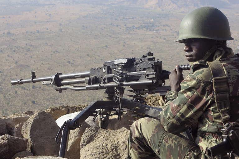 Un soldat camerounais à un poste d'observation dans les monts Mandara, dans le nord du Cameroun, le 16 février 2015.