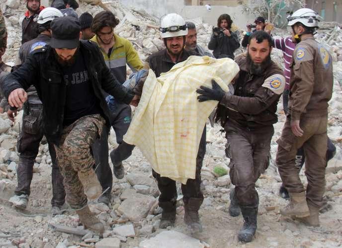 Dans la nuit du 14 mars, une bombe, probablement larguée par un avion russe, a pulvérisé un bâtiment d'Idlib, une ville du nord ouest de la Syrie aux mains des rebelles.