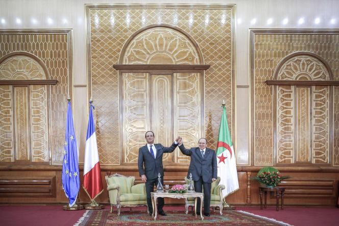Le président algérien Abdelaziz Bouteflika reçoit le président François Hollande, ici à l'université de Tlemcen, en décembre 2012.