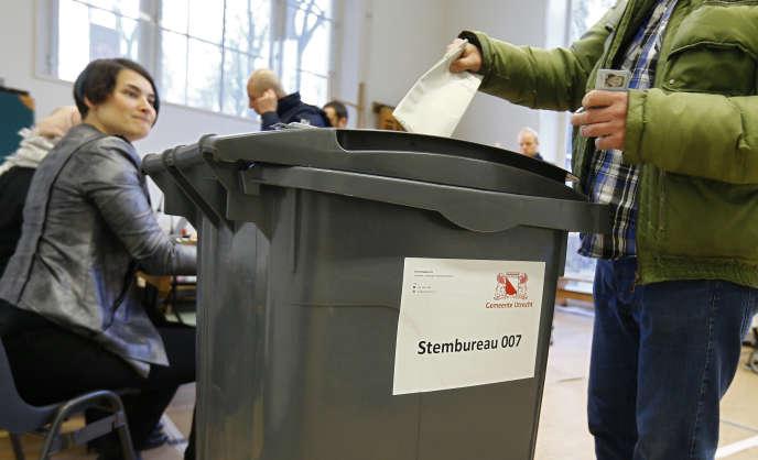 Les premiers votants se sont levés tôt pour mettre leur bulletin dans l'urne, dès 7h 30, mercredi 15 mars 2017, à La Haye