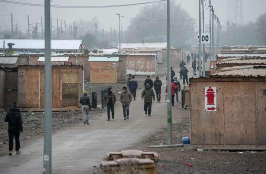 Des migrants dans le camp de Grande-Synthe, près de Dunkerque, dans le nord de la France, le 25 janvier 2017.