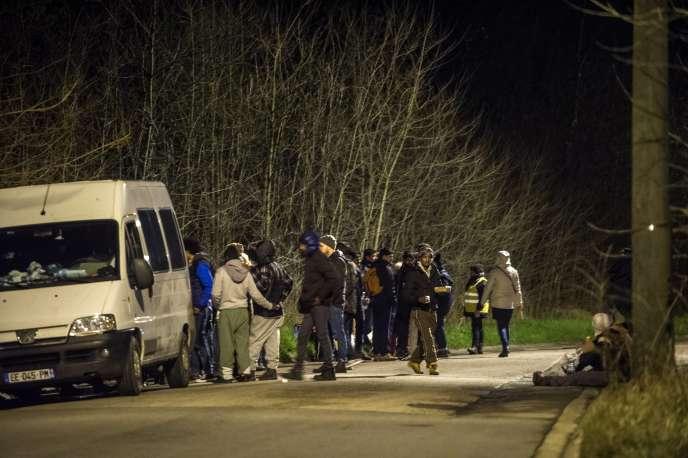 Des migrants lors d'une distributions de repas, le 3 mars, à Calais.