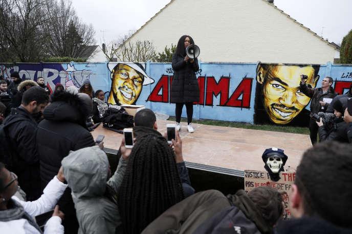 La sœur aînée d'Adama Traoré, mort durant son interpellation en juillet 2016, parle durant une manifestation pour dénoncer« un harcèlement judiciaire», le 4 mars 2017 à Beaumont-sur-Oise, près de Paris.