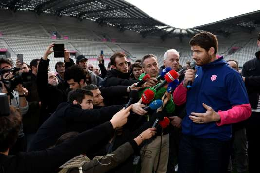 Le joueur du Stade français et de l'équipe de France Pascal Papé lors de l'annonce d'un «préavis de grève illimitée» au stade Jean-Bouin à Paris le 13 mars.