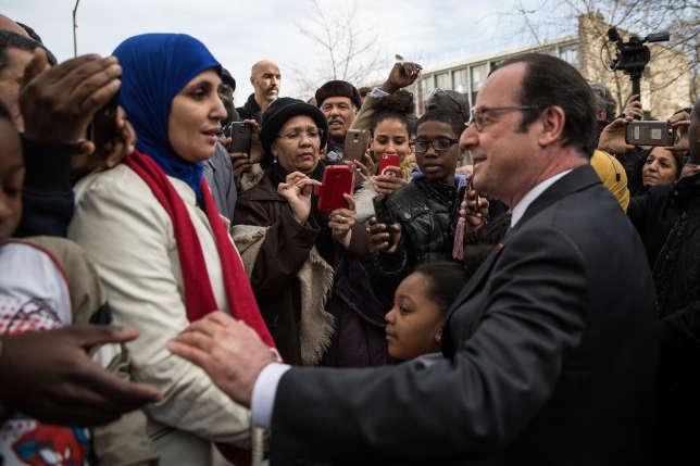 François Hollande salue les habitants d'Aubervilliers, le11mars2017, après l'inauguration de la rue Jacques-Salvator.