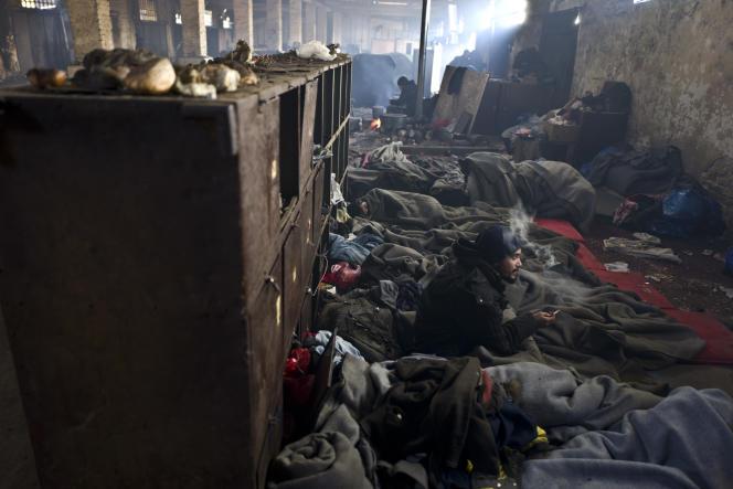 Migrants abrités dans un hangar abandonné à Belgrade (Serbie) le 15 février.