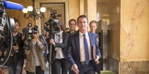Manuel Valls, ex-premier ministre, traverse l'Assemblée nationale avant une réunion avec ses soutiens, le 14 mars.