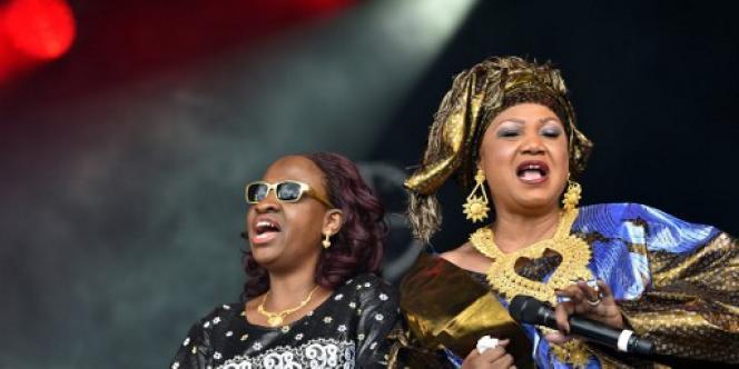 Kandia Kouyaté (à droite), en compagnie de Mariam Doumbia, au Festival du bout du monde, à Crozon (Finistère), le 16 août 2016.