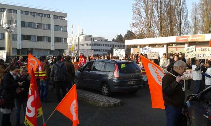 Manifestation jeudi 16 mars à l'entrée de CentraleSupelec, sur le site de Châtenay-Malabry (Hauts-de-Seine), où se tenait le conseil d'administration de l'école d'ingénieurs.