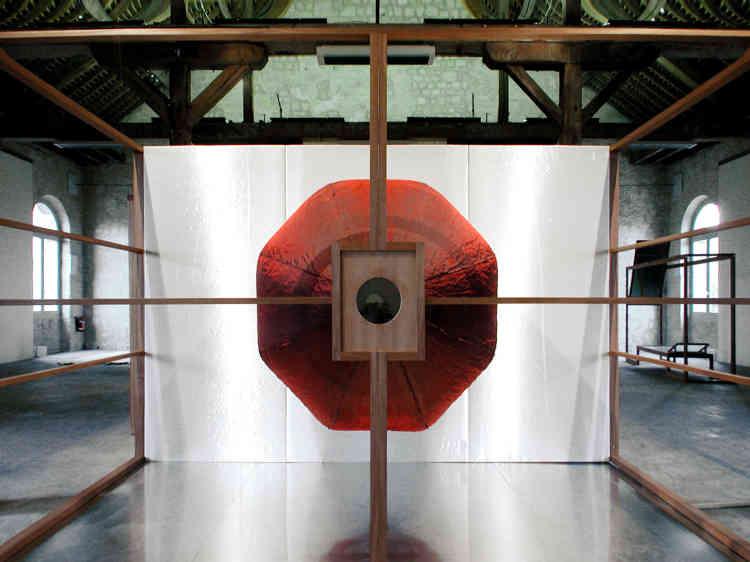 """«Cette installation est une transcription dans mon langage des """"Ménines"""" de Diego Velazquez, qui me fascine. J'ai opéré un premier basculement à 90 degrès de la peinture, puis un retournement symbolique en l'emmenant dans le territoire des """"Respirantes""""qui met en relief le dispositif complexe de la circulation du regard mise en place par Velazquez.»"""