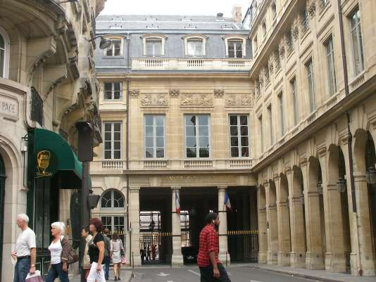 Devant le Conseil Constitutionnel, à Paris, en août 2010.