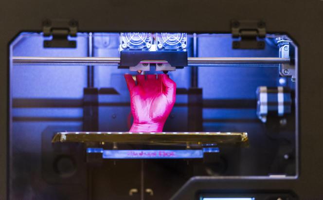 Imprimante 3D en train d'usiner une main.
