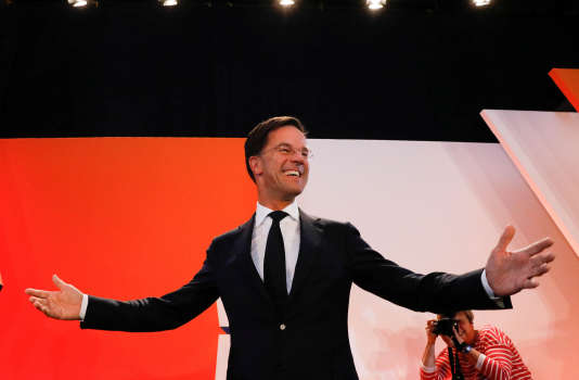 Mark Rutte devant ses supporteurs à La Hague, le 15 mars.