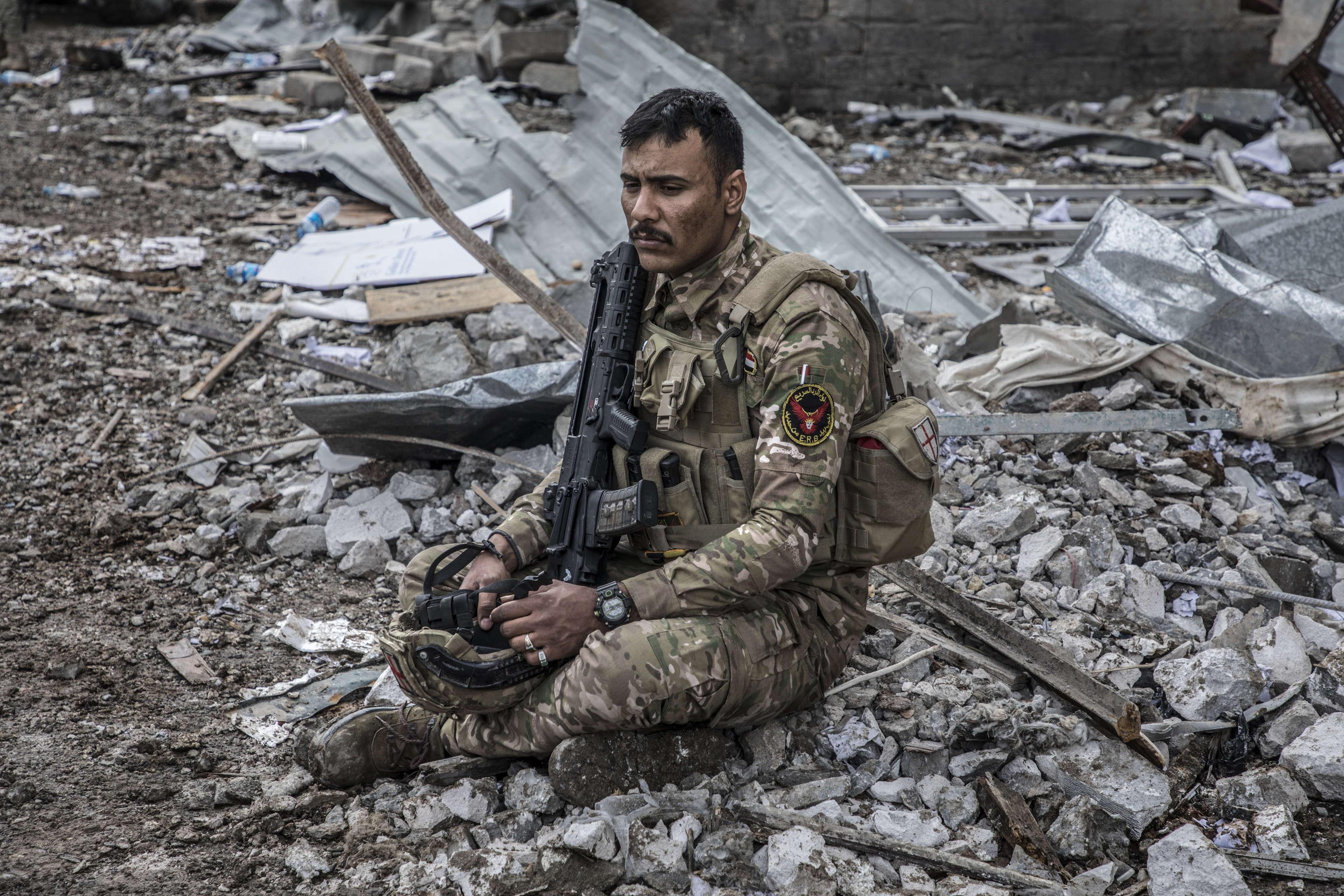 Quatre hommes ont été tués et douze autres blessés parmi les membres de la police fédérale et la division de réaction d'urgence après l'explosion d'une voiture suicide de l'Etat Islamique .