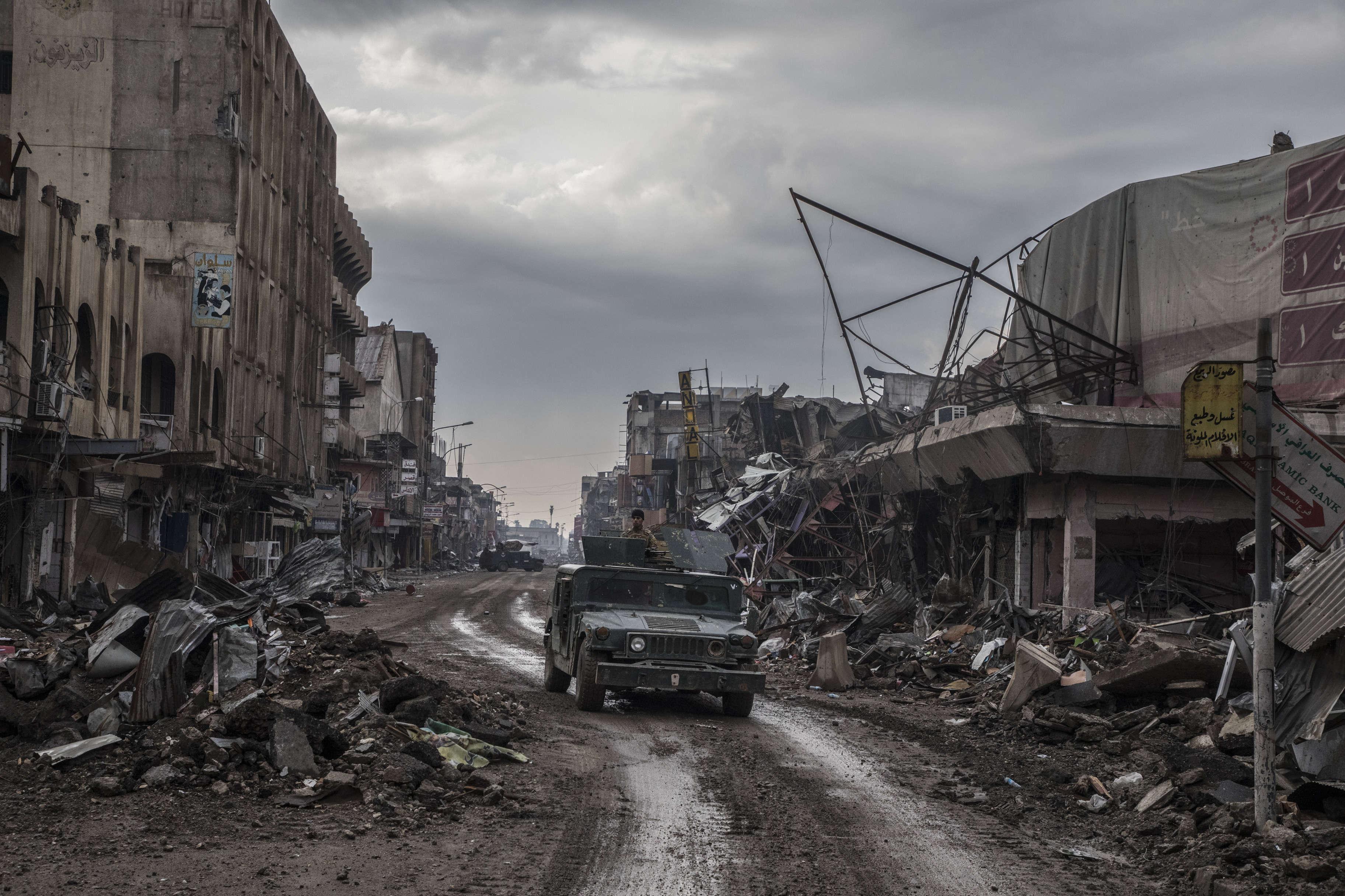 Un humvee blindé de la division de réaction d'urgence dans la rue Dawassa, en route pour le front de Mossoul Ouest.